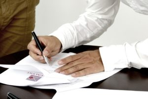 Umowa między członkiem zarządu a spółką akcyjną